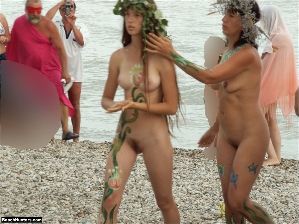 naked women oissing in public